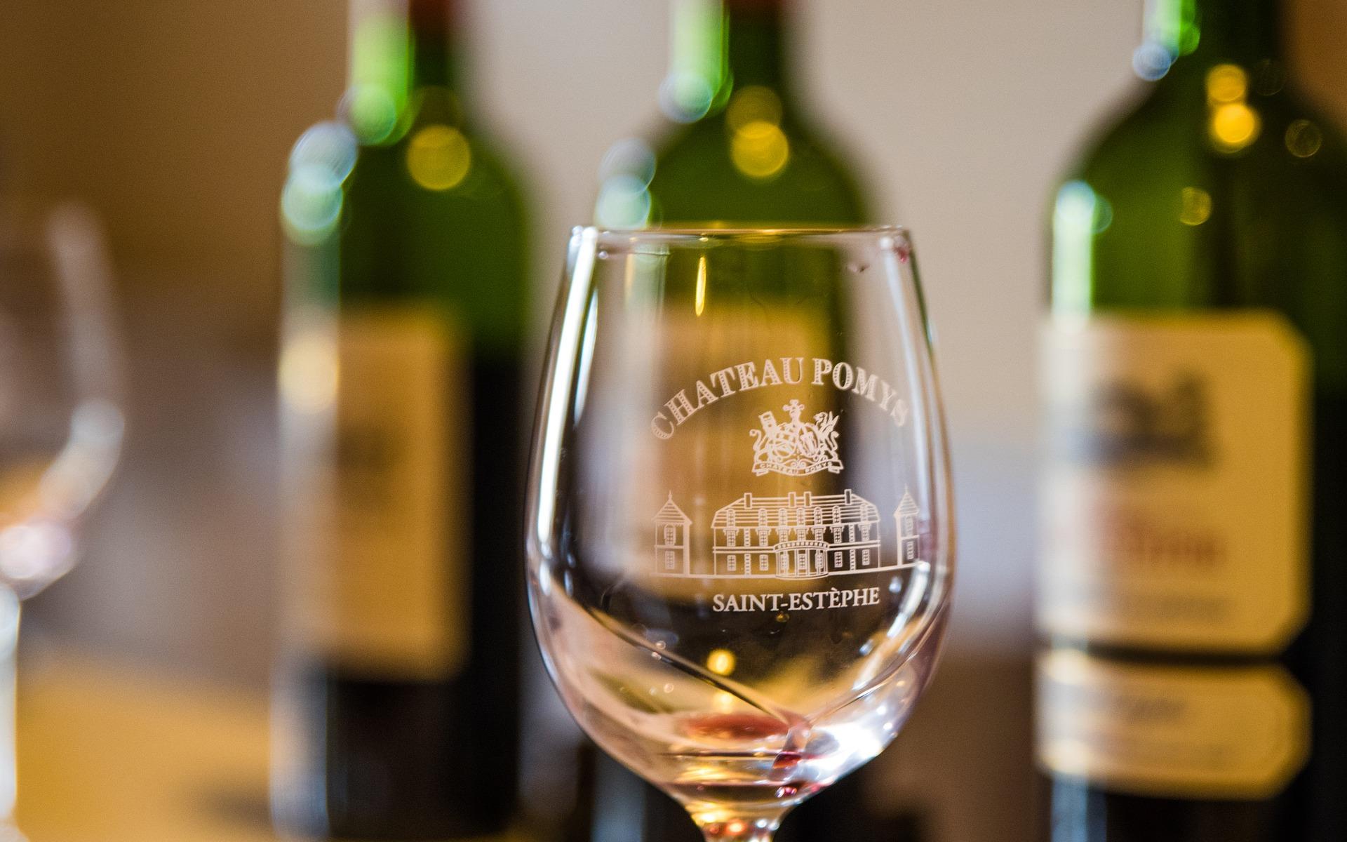 Weinglas und Weinflaschen in der Weinbar Rössli
